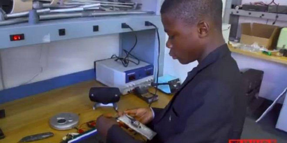 Niño genio de Sierra Leona crea baterías con desechos sacados de la basura