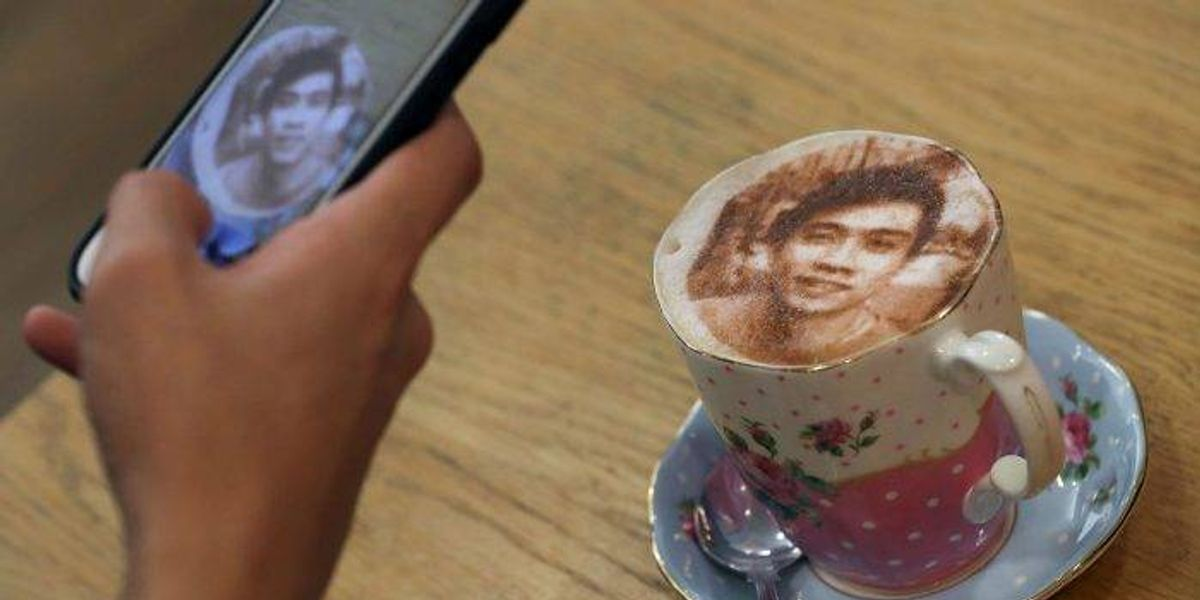 En este café puedes ordenar un capuccino con tu cara
