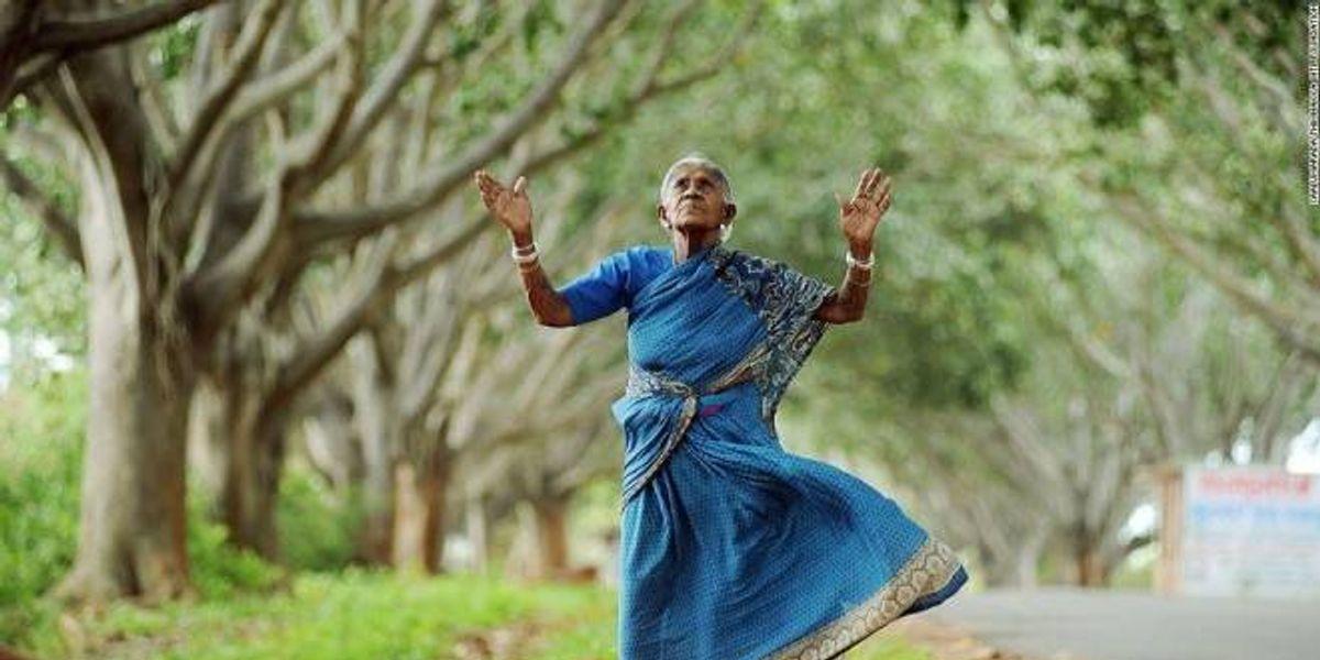 A ella le dijeron que no podía tener hijos así que decidió plantar árboles a lo largo de la India