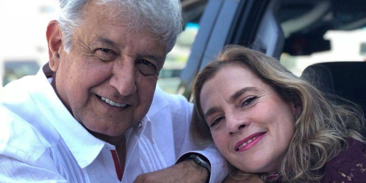 Beatriz Gutiérrez presume su árbol de Navidad con la cara de AMLO