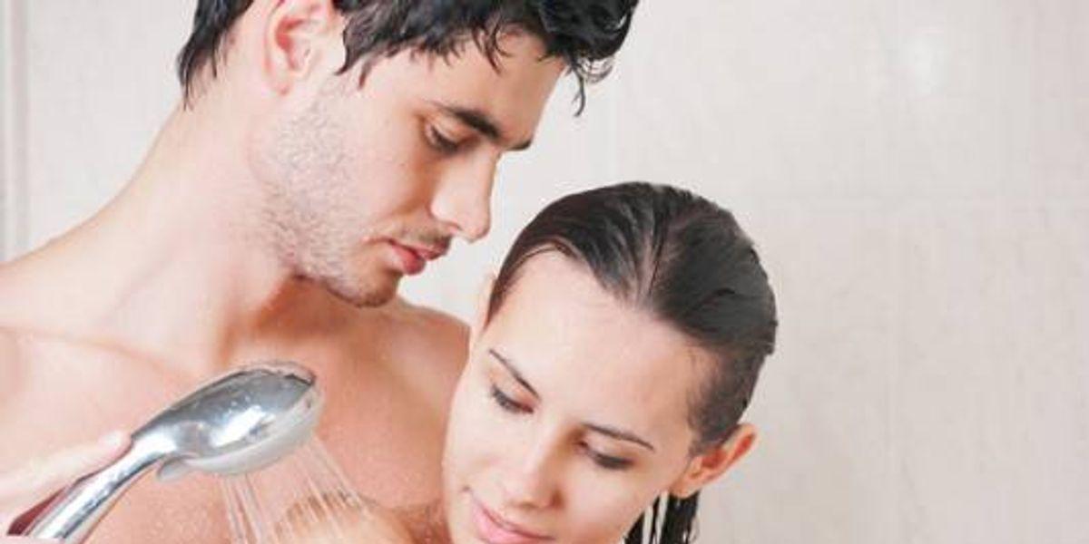 Beneficios de bañarse con la pareja