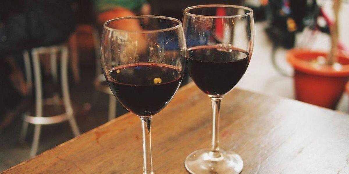 ¡Insólito! Dos copas de vino antes de dormir te hacen adelgazar