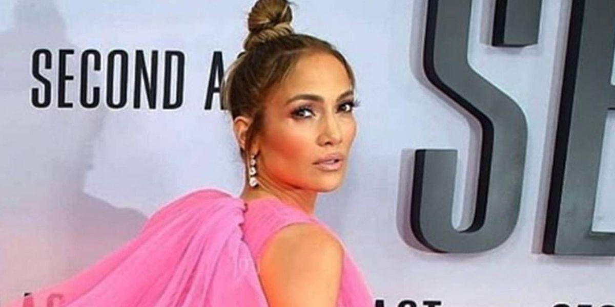 """¡Deslumbró! El enorme y elegante vestido rosa de JLo con el que se robó las miradas en la presentación de """"Second Act"""""""
