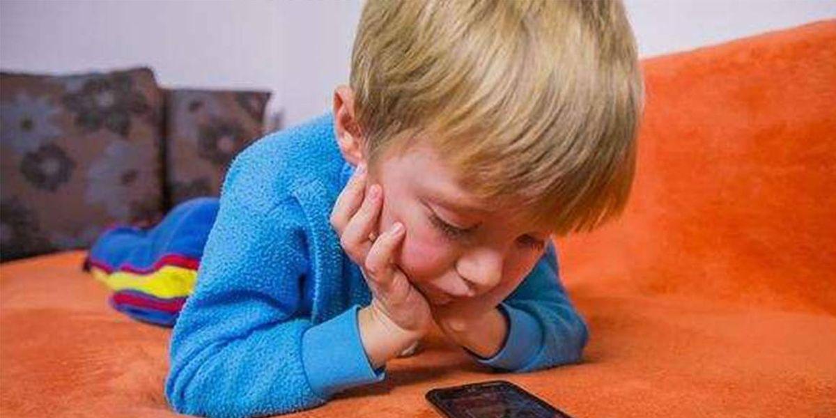 Darle un teléfono celular a un niño pequeño es como darle drogas, aseguran expertos