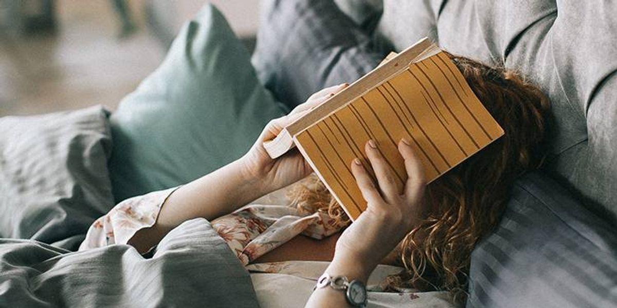 Quedarte en casa en vez de salir de fiesta a veces puede ser lo mejor para tu salud mental
