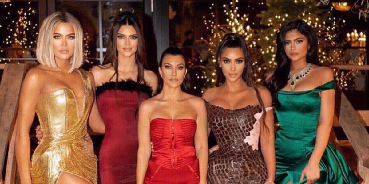 Los extravagantes vestidos de las Kardashian-Jenner con los que han celebrado las fiestas navideñas