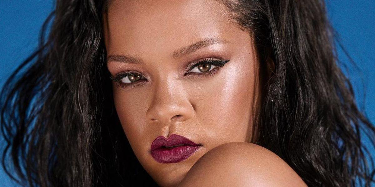 Rihanna muestra su lado más sofisticado con un vestido que acentúa sus curvas