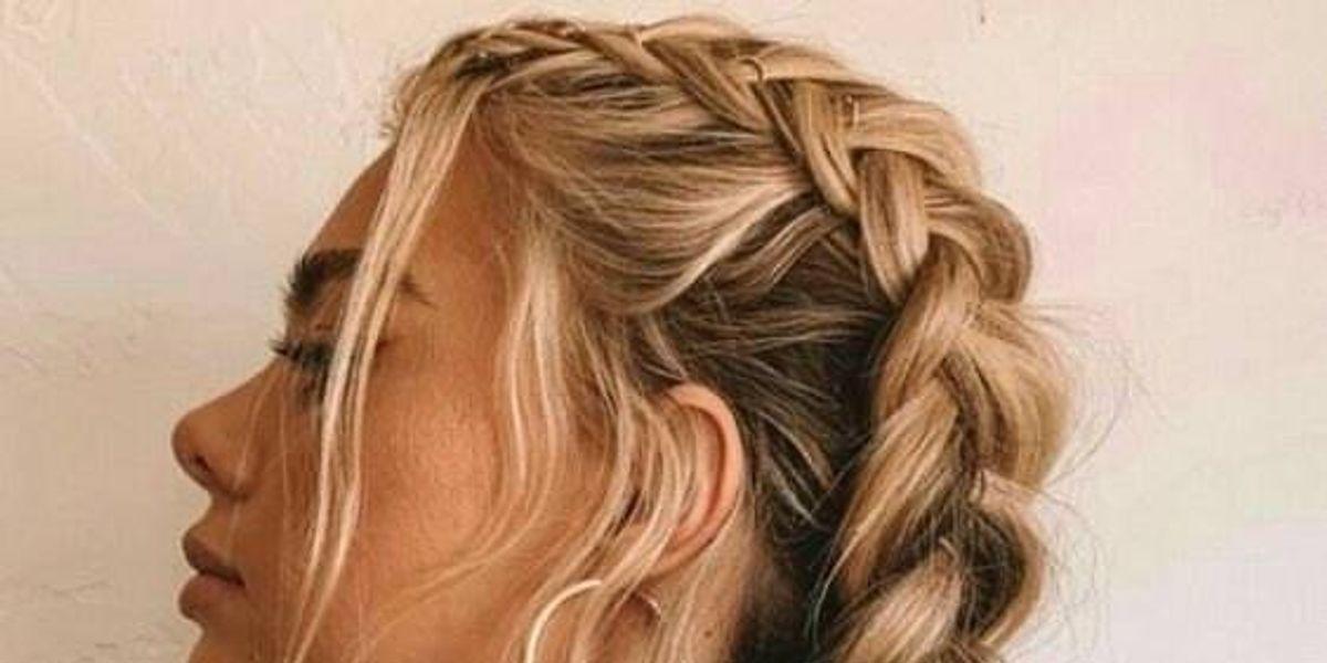 Peinados con trenzas y pelo suelto que te salvarán del calor este verano