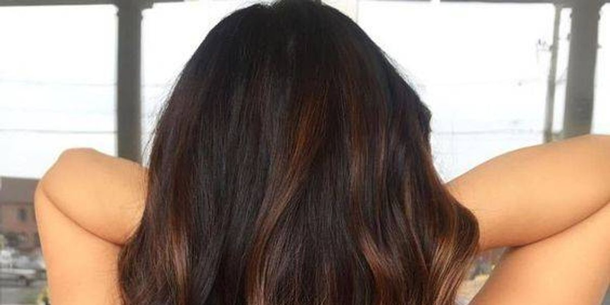 Prepara esta mascarilla de aguacate para antes de teñir el cabello en casa
