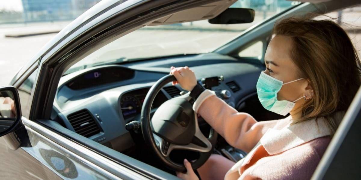 Médicos recomiendan evitar el uso de la mascarilla dentro del auto