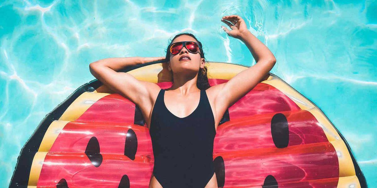 ¿Se debe usar gel desinfectante en las playas y piscinas?