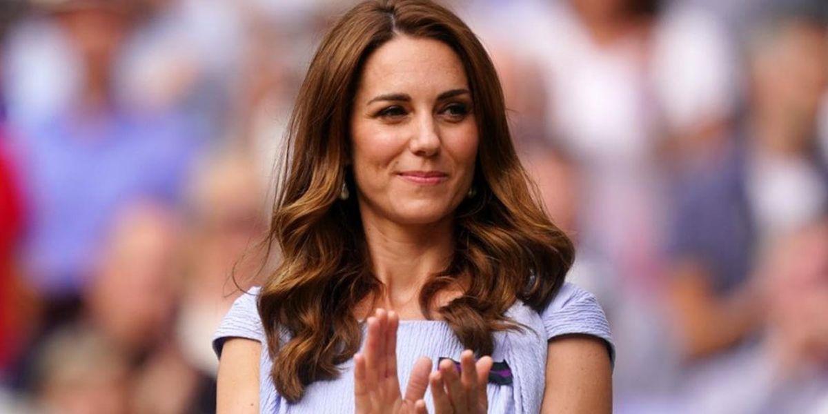 Kate Middleton demuestra cómo lucir una playera con falda elegante para lograr un look delicado