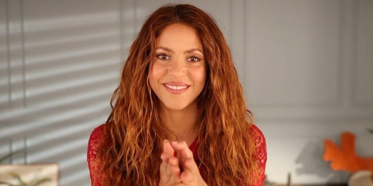 Shakira deslumbra con minivestido blanco y nos enseña el escote ideal para bustos pequeños