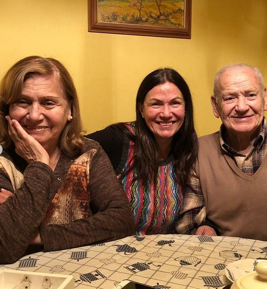 Solange Lackington posó junto a sus padres en su nuevo aniversario