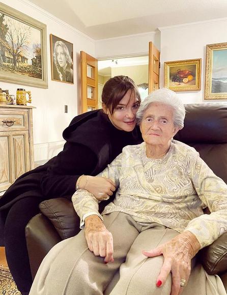 Kel Calderón junto a su abuela, Eliana de la Fuente