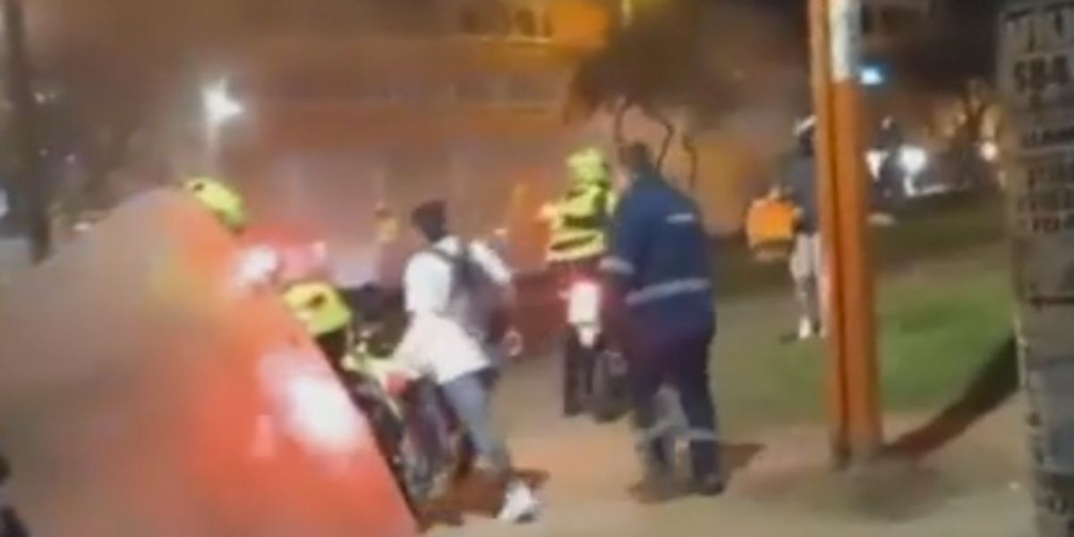 Hombre sacó a correazos a su hijo de las protestas por hacer actos vandálicos