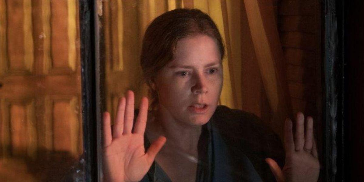 """Te explicamos 5 misterios de """"La mujer en la ventana"""", la película de la que todos hablan"""