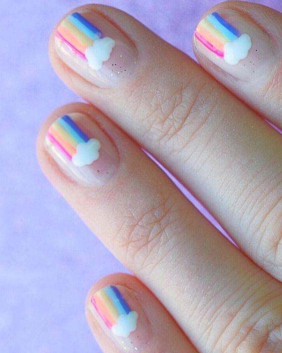 uñas de arcoíris con nubes