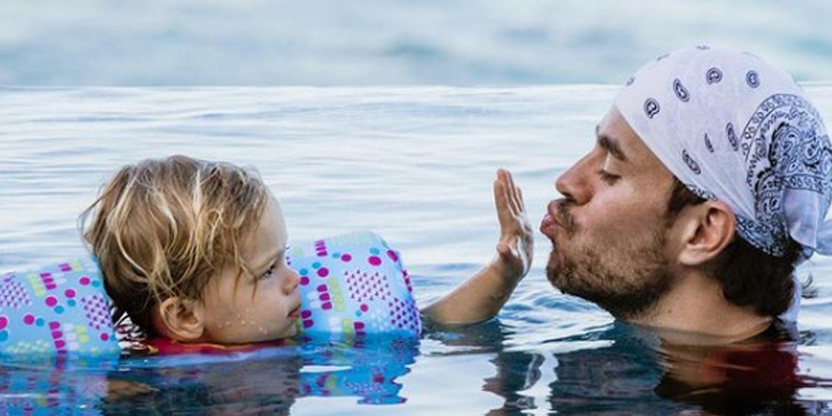 Enrique Iglesias muestra lo mucho que han crecido sus gemelos en un día de playa