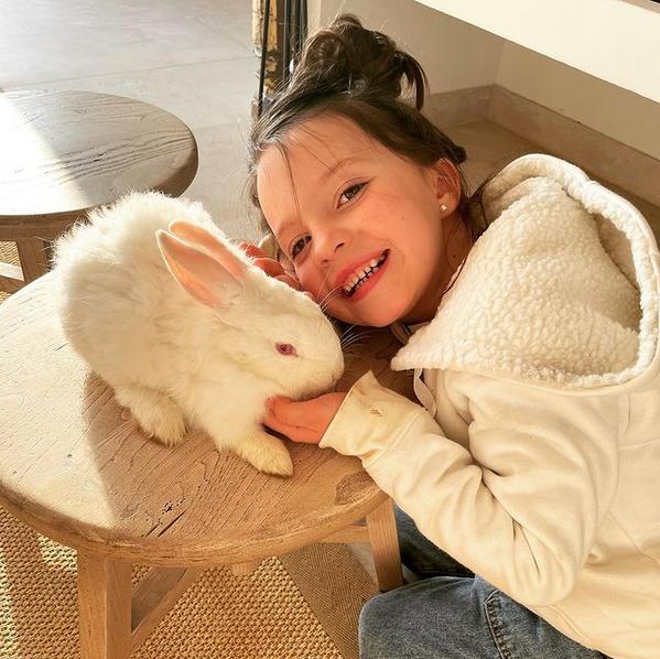 La hija de Diana Bolocco, Gracia, junto a su nueva mascota