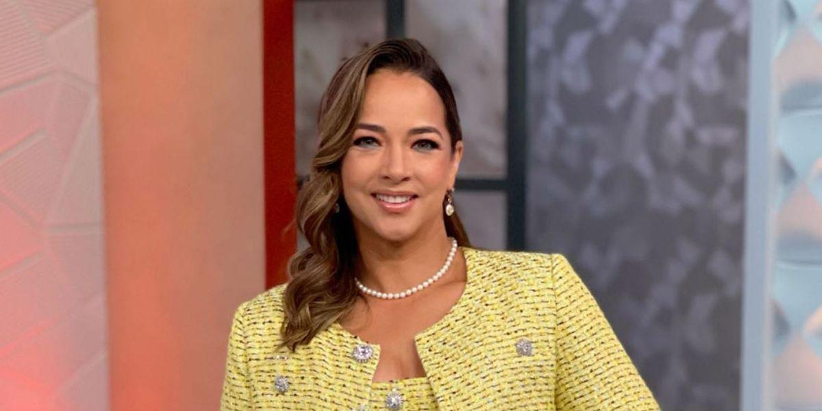 Adamari López luce elegante y moderna en un conjunto de falda y chaqueta de tweed amarillo